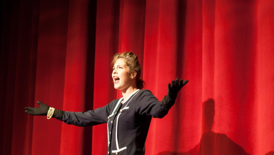 8 Storytelling techniques to use on stage